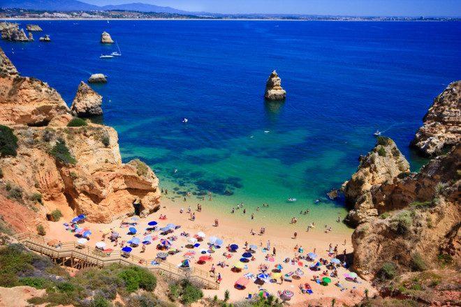 Algarve, no sul de Portugal, estância turística que recebe muitos aposentados. Crédito: Anobis | Dreamstime