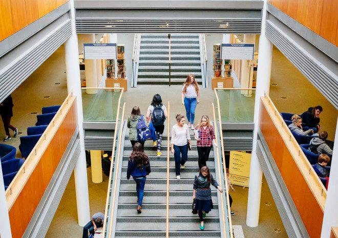 Biblioteca no campus da universidade. Crédito: DCU