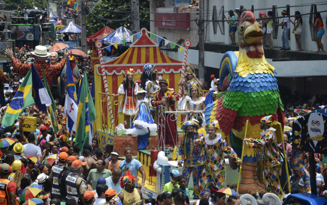 Pernambuco has democratic Carnival party with people celebrating on the streets. Image: Globo