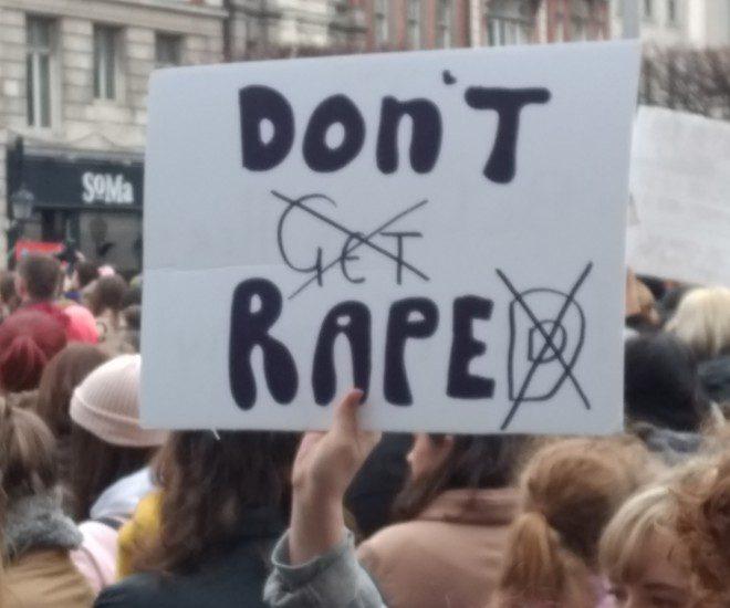 Manifestação teve diversos cartazes pedindo justiça e maior intolerância ao estupro. Foto: Rubinho Vitti