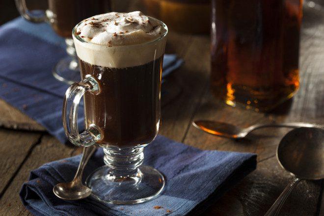Irish Coffee é uma das bebidas mais tradicionais da Irlanda. Foto: Bhofack2 | Dreamstime