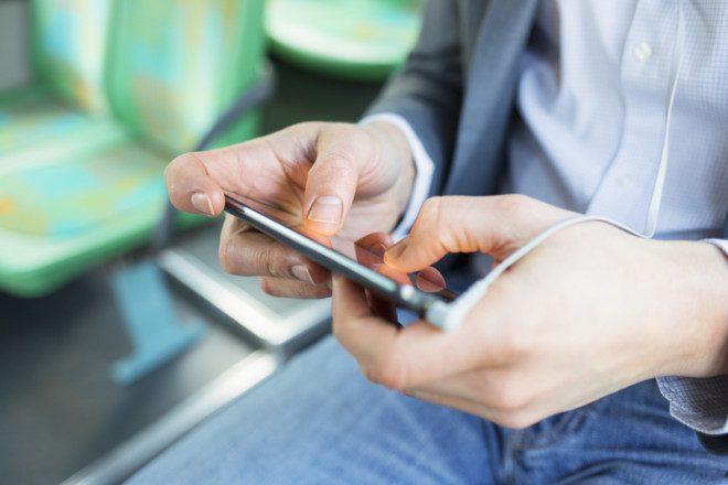Falar ao celular dentro do transporte público de Dublin é considerado falta de educação. Foto: Ldprod/Dreamstime
