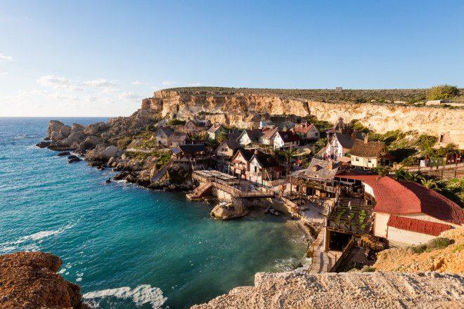 Popey Village tem cidade cenográfica criada para fazer o filme de 1980 e hoje é cartão de visita de Malta. Foto: Sitriel/Dreamstime