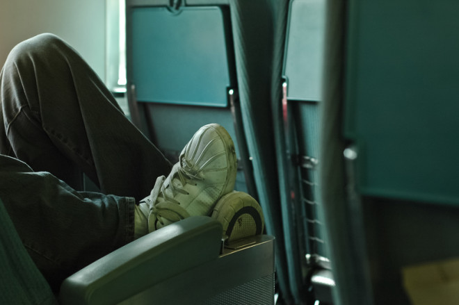 Colocar os pés sobre o assento do ônibus pode gerar multa. Foto: Eyeofpaul/Dreamstime