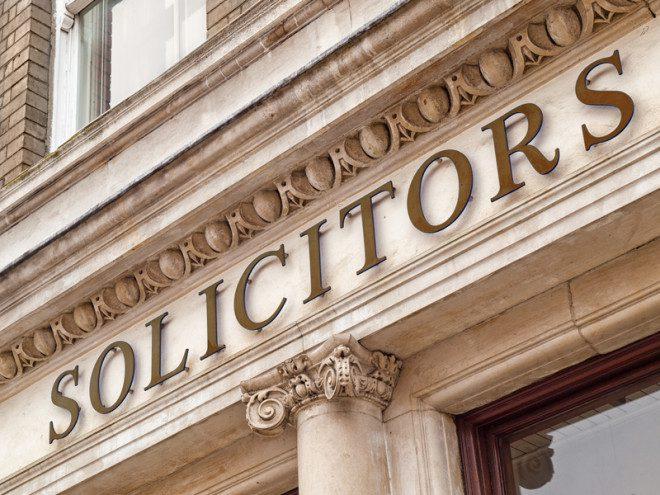 Advogados também tem autoridade para certificar documentos na Irlanda. Foto: Aleksandar Hubenov | Dreamstime