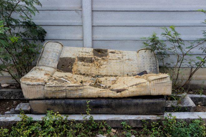 Itens grandes como tapetes e sofás não podem ser descartados no lixo comum. Foto: Jiranat Chantorn Apinan/Dreamstime