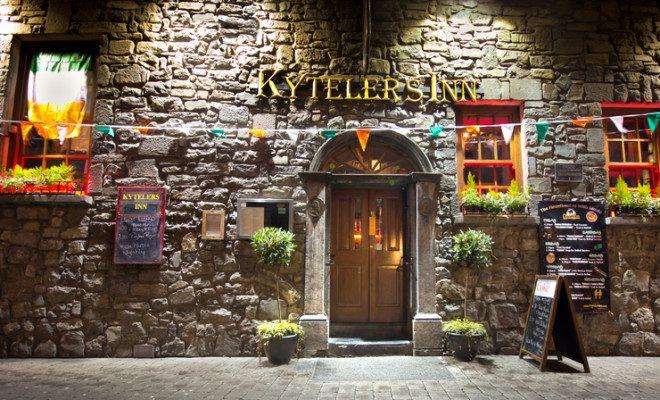 Pub Kytelers Inn, na cidade de Kilkenny, que receberá o novo serviço de ônibus. Foto: Littleny/Dreamstime