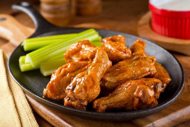 Festivais curiosos na Irlanda na cidade de Bray contam com Chicken Wings @ Foodio/Dreamstime
