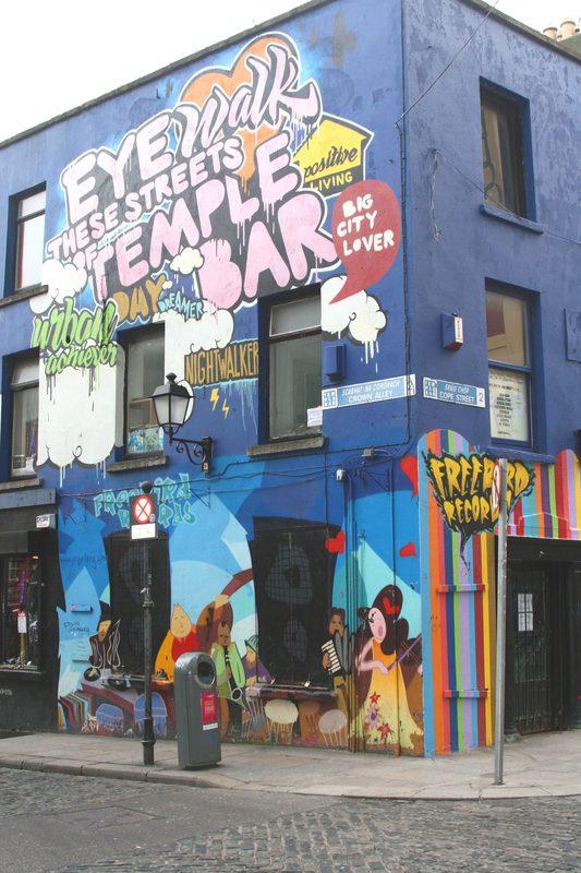 Grafite em pub no Temple Bar: estilo de arte pode ser aprendido em aulas grupais em Dublin. Foto: Igen Hogenbijl/Dreamstime