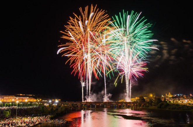 Fogos de artifício durante festa de São João, na Espanha. Foto: Fosterss/Dreamstime