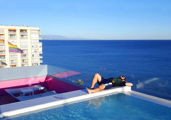 Espanha é um dos destinos perfeitos para gays na Europa, com hotel gay com rooftop nudista e tudo - Foto: Viaja Bi!