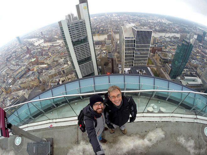 Eu e meu pai em Frankfurt, na Alemanha, um dos destinos perfeitos para gays na Europa - Foto: Viaja Bi!