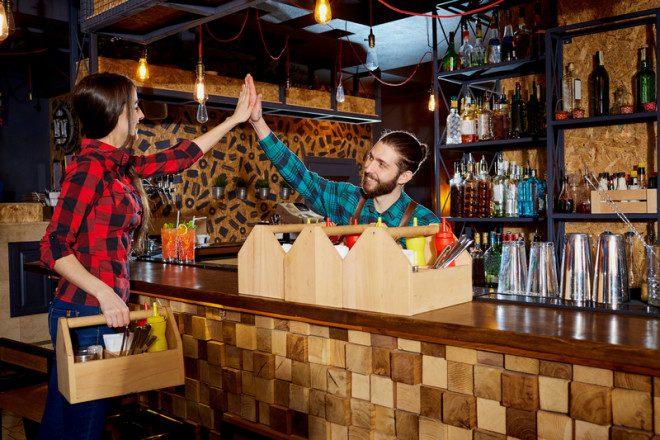 Por ser um destino turístico sempre existe a possibilidade de trabalhar em bares, restaurantes e hoteis. © Lacheev | Dreamstime.com