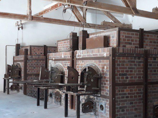 Espaços aterrorisantes como os fornos para encineração de corpos podem ser vistos no Memorial de Dachau. Foto: Ávany França