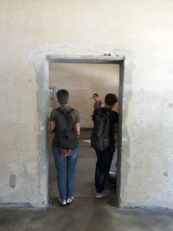 Salas do Memorial de Dachau estão preservadas e mostram crua realidade aos turistas. Foto: Ávany França