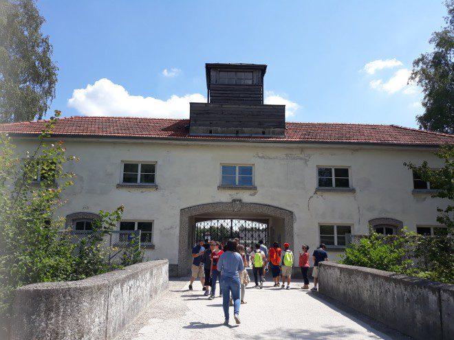 Entrada do Memorial de Dachau, localizado cerca de 12 km da cidade de Munique. Foto: Ávany França