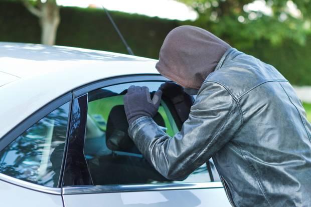 Veículos ficam vulneráveis a roubos e furtos nas ruas. Foto: Independent