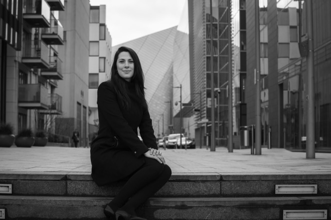 Tana Storani auxilia na. Reprodução: Site oficial.