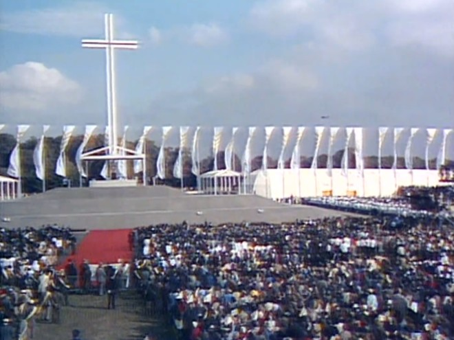 Cruz erguida para a celebração da missa no Phoenix Park foi mantida no local em homenagem ao papa João Paulo II. Foto: Reprodução/RTE