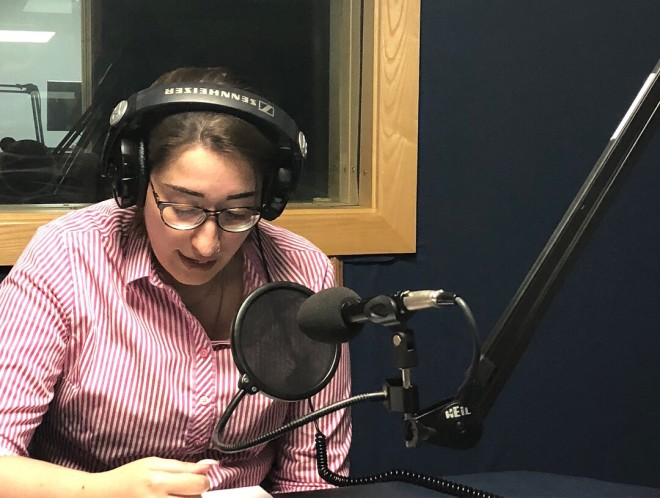 A jornalista Juliane foi a pioneira do programa, criando um quadro brasileiro na rádio que se expandiu e ganhou um espaço próprio dentro da grade da Dublin City FM. Foto: acervo pessoal