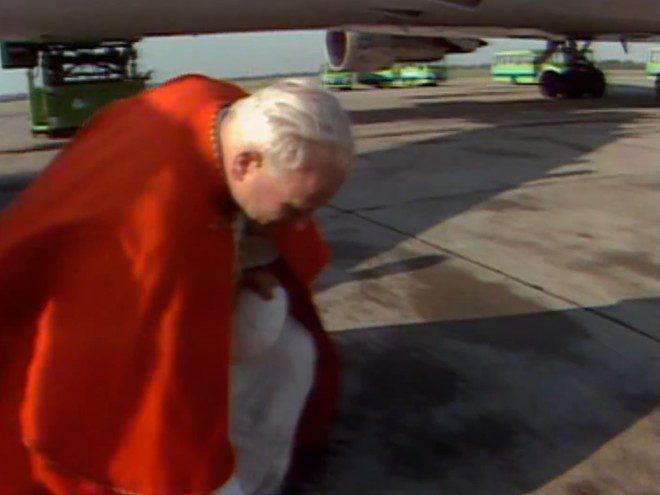 Papa João Paulo II inaugurou uma tradição na ilha: o beijo em terra firme em cada país que visitava, após descer do avião. Foto: Reprodução/RTE