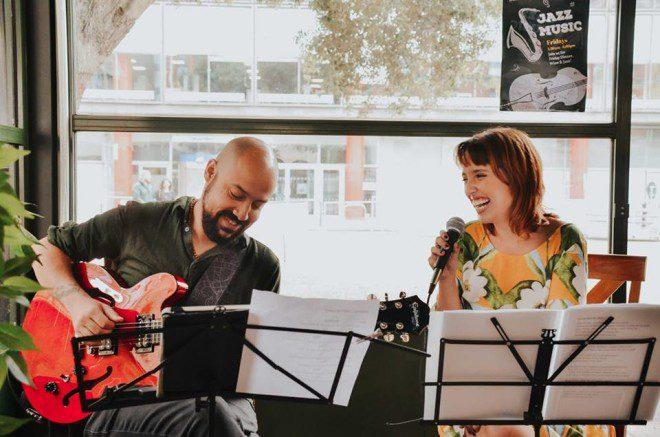 Dupla de artistas brasileiros de apresenta todos os domingos no Tram Cafe. Foto: Brazilica
