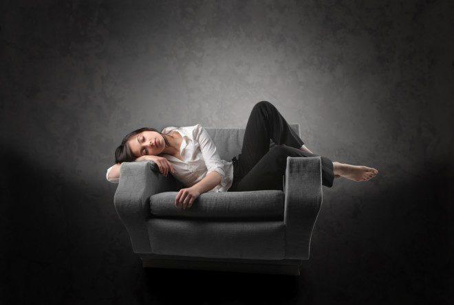 No desespero, há gente que tope até alugar o sofá da sala para pagar mais barato. Crédito: Shutterstock