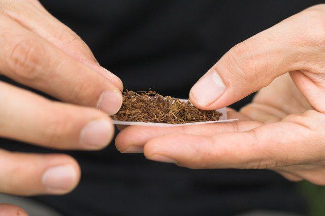 Fazer o próprio cigarro pode ser uma opção na Irlanda. Mas é trabalhoso. © Emin Ozkan | Dreamstime.com