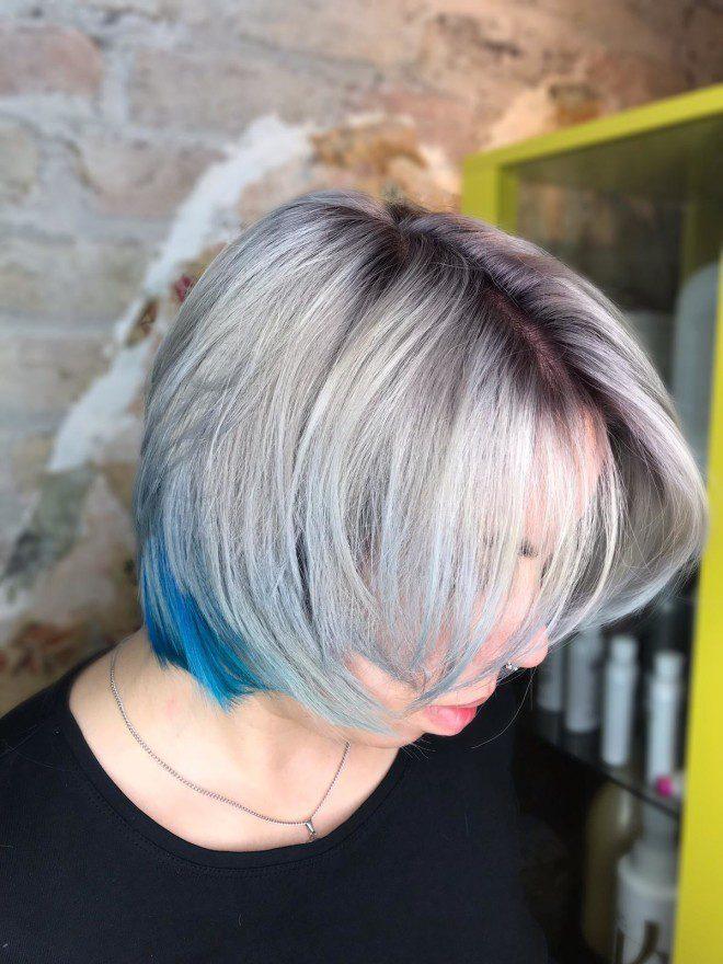 Cris Azevedo recomenda luzes coloridas para os cabelos curtos.