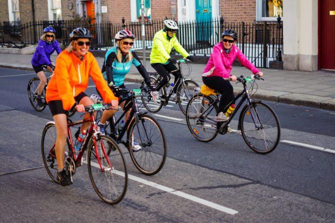 Andar de bicicleta pela cidade. Hábito saudável que pode também provocar o emagreciemento. © Bigray8 | Dreamstime.com