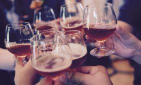 """Cheers ou """"sláinte""""? Qual palavra usar ao brindar na Irlanda"""