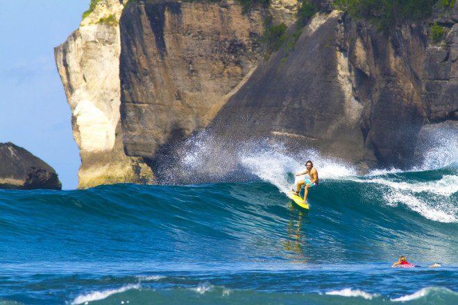 Surf atrai visitantes de todo o mundo à Indonésia. Shutterstock