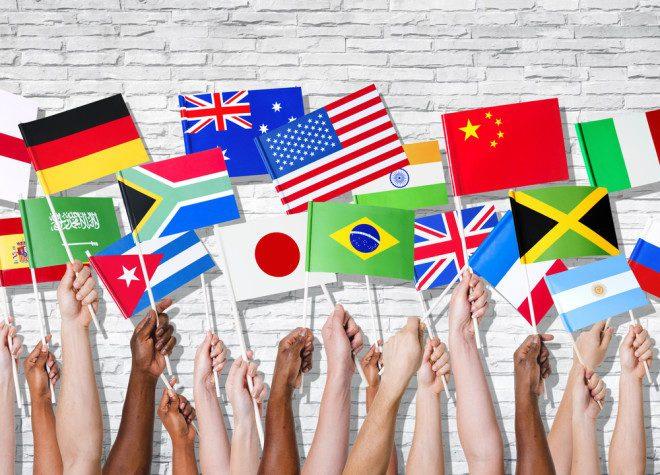 A psicóloga intercultural, Ávany França, chama a atenção para as diferenças culturais de casa país. Crédito: Shutterstock