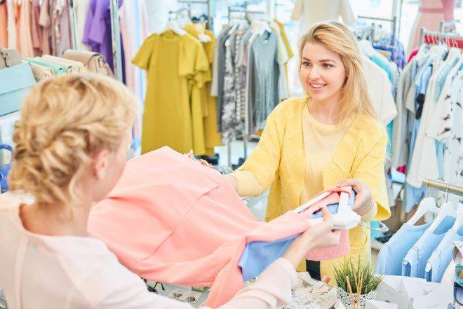 Em datas comemorativas devido o aumento de vendas, as lojas requisitam o trabalho de vendedor.© Ivan Kislitsin | Dreamstime.com