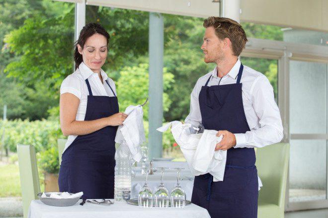 O cargo de garçom é bastante requisitado em determinada época do ano. © Auremar | Dreamstime.com
