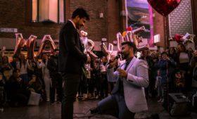 Brasileiro pede namorado em casamento no centro de Dublin