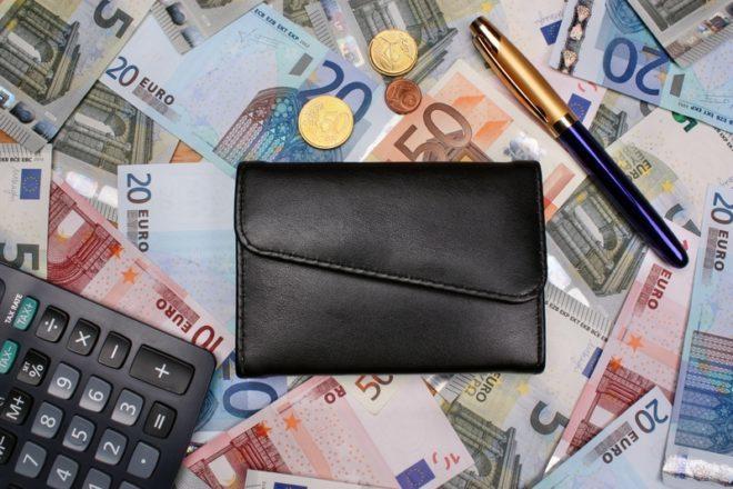 Aprenda a cortar gastos para juntar dinheiro para o intercâmbio na Irlanda. © Adam88x | Dreamstime.com