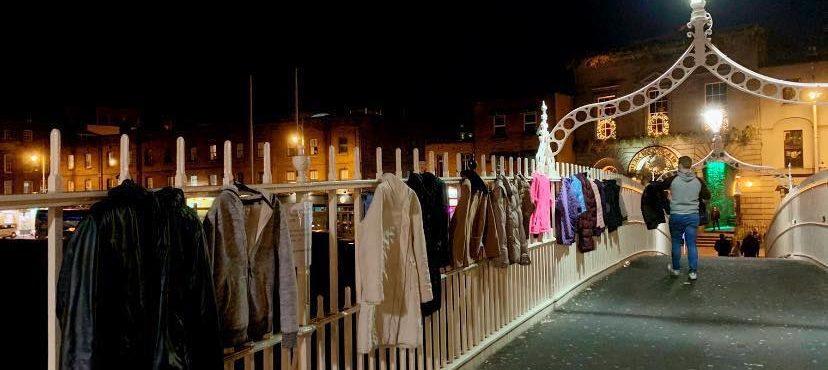 Moradores doam casacos em ponte para sem-teto em Dublin
