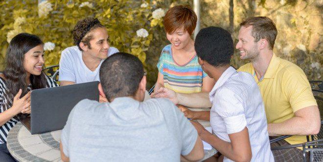 Morar com outros estrangeiros também irá estimular a descoberta e o desenvolvimento de novas habilidades e competências.© Mheim301165 | Dreamstime.com