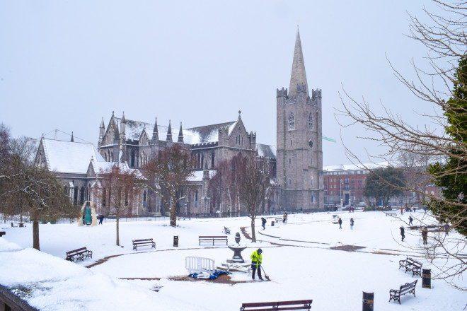 A igreja Saint Patrick Cathedral debaixo de neve no inverno de 2018; clima na Irlanda é frio mesmo em outras estações do ano. Foto: Fábio Gibelli