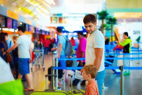 Viajar com o pai, requer autorização da mãe da criança. Crédito: Olesia Bilkei | Dreamstime