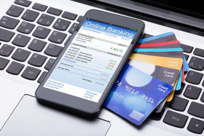 Bancos virtuais não possuem agência físicas e possuem serviços totalmente online, utilizando aplicativos no seu smartphone. ©Andrey Popov|Dreamstime.com