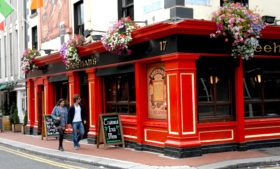 Coronavírus: pubs na Irlanda podem reabrir só em 2021