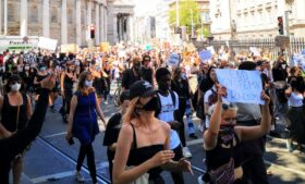 'Black Lives Matter': centenas vão às ruas de Dublin em protesto