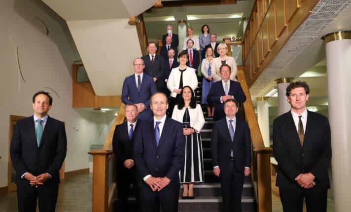 Coronavírus: Membros do governo irlandês cortam próprios salários em 10%