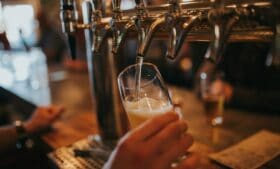 Covid-19: Irlanda endurece regras para pubs e restaurantes