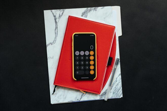 orçamento irlanda 2021 cauculadora sob um caderno vermelho
