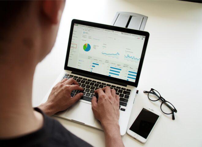 orçamento irlanda 2021 homem digita em computador com gráficos