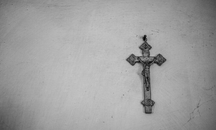 Símbolos cristãos serão banidos de escolas na Irlanda