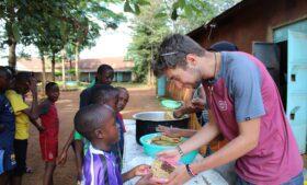 Brasileiro que vive na Irlanda cria projeto para auxiliar crianças na África